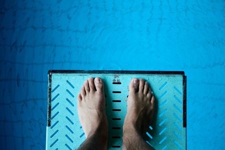 los pies en trampolín