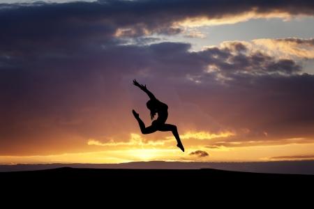 日没の女性ダンサー