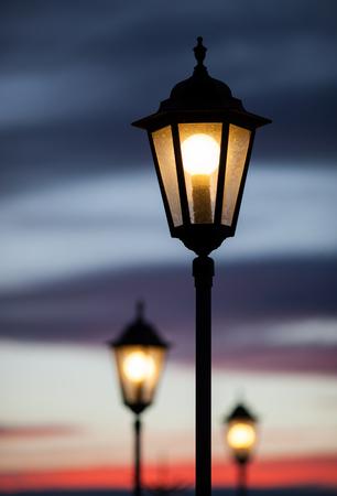 Alte Lampen leuchten in Sonnenuntergang Himmel Standard-Bild - 26870600