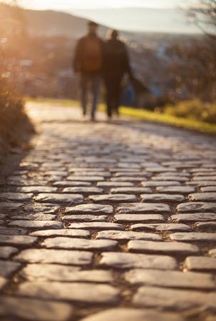 életmód: pár séta a macskaköves utat gyalog