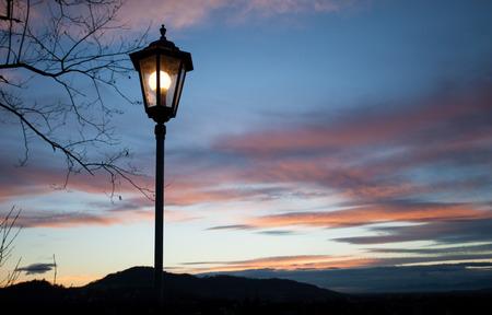 oude lampen schijnt in zonsondergang hemel Stockfoto
