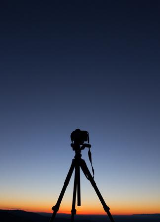 三脚の上にカメラのシルエット