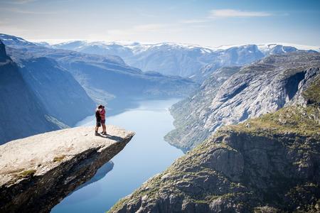 ノルウェーの trolltunga をカップルします。
