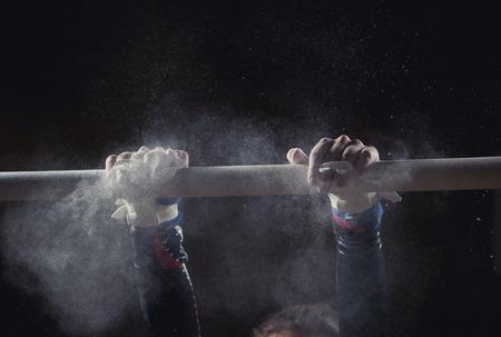 deportistas: manos de gimnasta con tiza en barras asim�tricas Foto de archivo