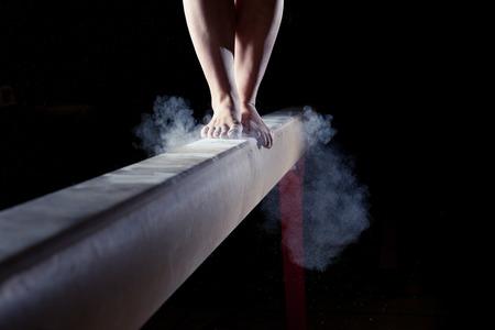 gimnasia: pies del gimnasta en barra de equilibrio Foto de archivo
