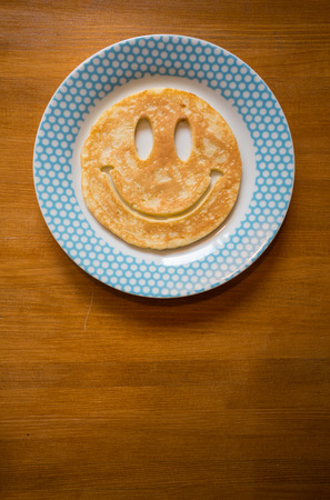 皿の上の笑顔のパンケーキ