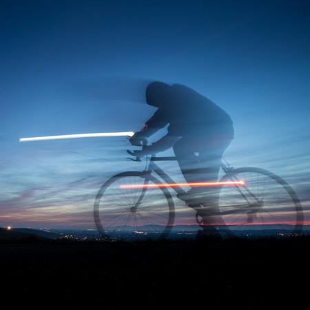 モーションのサイクリストが青空にぼかし 写真素材
