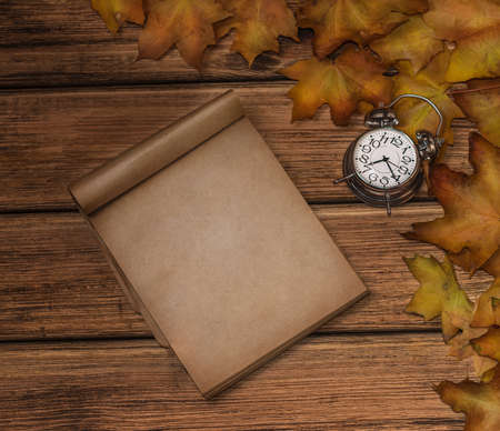 Autumn leaves on old wooden background close-up, there is a place for text Standard-Bild