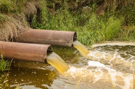 下水道から川に湧き出る水