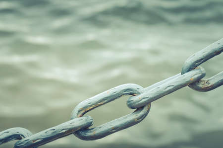 metal chain on water background/metal chain on water background. Toned. Copy space Banque d'images - 95449349