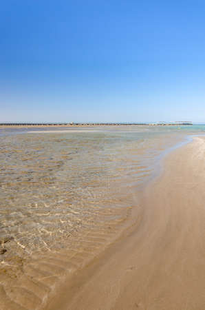 beautiful seascape of an empty sand beach with blue skies/Empty summer beach on the sea and sunny sky Foto de archivo