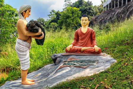 Kandy, Sri Lanka - 9 de enero de 2018.El hombre de composición escultórica trajo una ofrenda a Buda