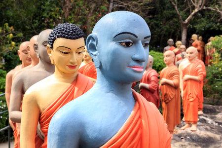 Kandy, Sri Lanka - 9 de enero de 2018. Estatuas de monjes budistas en fila para adorar al Buda. De cerca