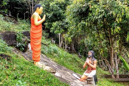 Composición escultórica Buda deja los pecados de un hombre arrepentido