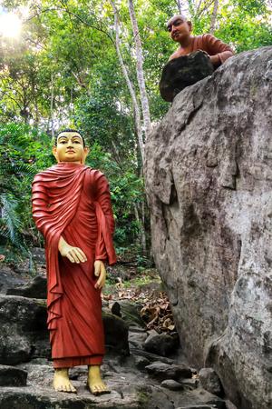 Composición escultórica del demonio para matar al Buda con una piedra Foto de archivo