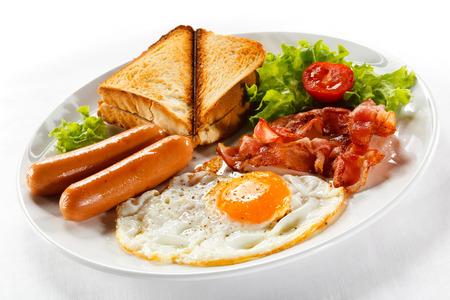 Panini tostati con prosciutto, formaggio e panino alla rucola sul tagliere