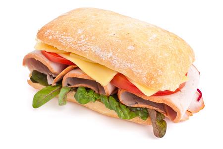 Gustoso hamburger alla griglia fatto in casa che cucina con manzo, pomodoro, formaggio, cetriolo e lattuga Archivio Fotografico