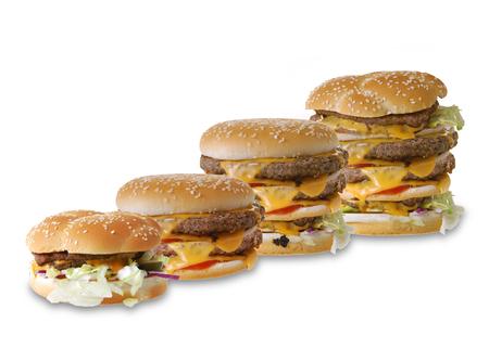 Gustoso hamburger alla griglia fatto in casa che cucina con manzo, pomodoro, formaggio, cetriolo e lattuga