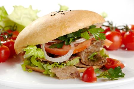 Gustosi hamburger fatti in casa alla griglia cucinati con carne di manzo, pomodoro, formaggio, cetriolo e lattuga