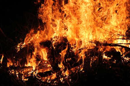 夜薪でたき火を燃やす熱い炎