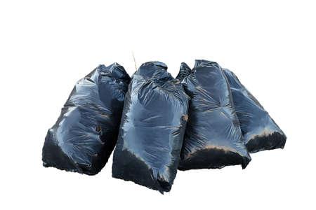hojas secas: garbarge bolsas negras con hojas secas aislados sobre fondo blanco