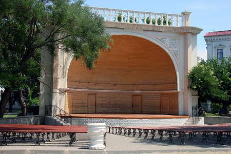 都市公園における木製夏のシーン 写真素材