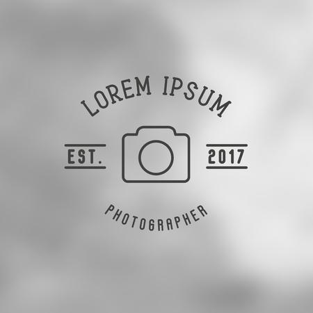 Логотип для фотографа с тонкой линейкой значок камеры. Минималистская простая векторная иллюстрация. Иллюстрация