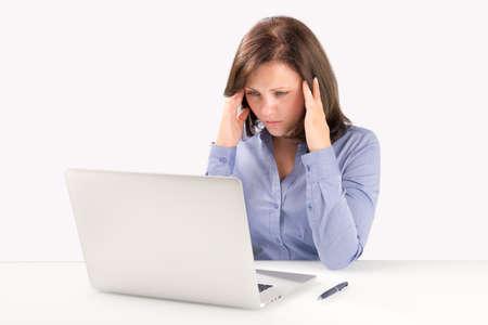 ビジネスの女性の現代のラップトップの前に座っていると彼女の頭は、ビジネス ・ コンセプトの背後に手を繋いでいます。 写真素材