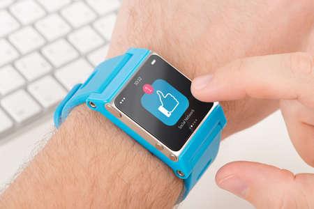 Homme doigt tape comme icône montre intelligente bleu Banque d'images - 24967529
