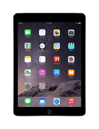manzana: Varna, Bulgaria - 02 de febrero 2014: Apple Espacio Gris iPad Air 2 con identificador t�ctil que muestra iOS 8 pantalla de inicio, dise�ado por Apple Inc. aislado en fondo blanco. Alta calidad. Editorial