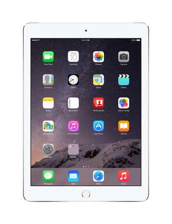 blancos: Varna, Bulgaria - 02 de febrero 2014: Vista frontal de la manzana de plata del iPad 2 con Aire toque ID mostrar iOS 8 pantalla de inicio, diseñado por Apple Inc. aislado en fondo blanco. Alta calidad. Editorial