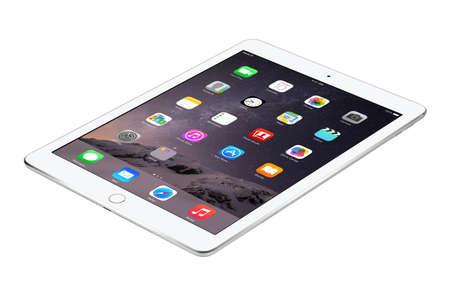 apfel: Varna, Bulgarien - 4. Februar 2014: liegt Apples iPad Silber Air 2 mit Touch-ID Anzeige iOS 8 Homescreen auf der Oberfl�che, die von Apple entwickelt. Isoliert auf wei�em Hintergrund. Das gesamte Bild im Fokus.