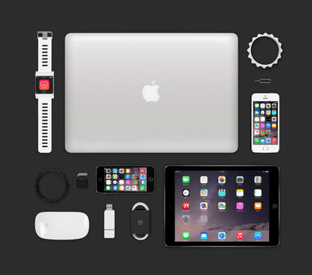 manzanas: Varna, Bulgaria - 11 de febrero 2015: Vista superior de la maqueta de Apple productos de alta tecnolog�a que incluye MacBook Pro retina, protectores de aire 2, el concepto de reloj inteligente, 5s iphone, magic mouse, una unidad flash, pulseras. Editorial