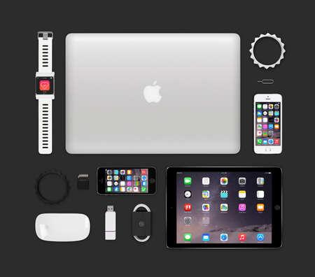 Varna, Bulgarije - 11 februari 2015: Hoogste mening van Apple producten tech mockup die retina macbook pro, ipad air 2, slimme horloge concept, iphone 5s, Magic Mouse, flash drive, armbanden omvat.