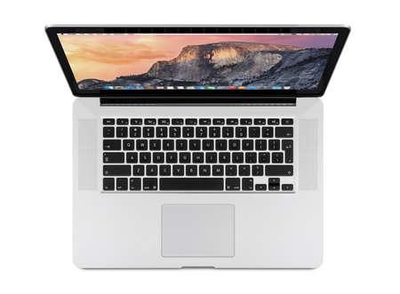 Varna, Bulgarije - 14 april 2013: Bovenaanzicht van Apple 15 inch MacBook Pro Retina met OS X Yosemite op het display. Geïsoleerd op een witte achtergrond. Hoge kwaliteit.