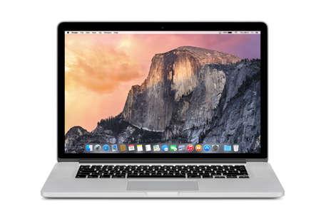 manzana: Varna, Bulgaria - 03 de noviembre 2013: Vista frontal de la Manzana 15 pulgadas MacBook Pro Retina con OS X de Yosemite en la pantalla. Aislado en el fondo blanco. Alta calidad. Editorial