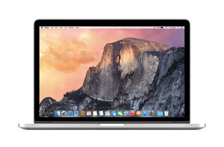Varna, Bulgarije - 3 november 2013: Direct vooraanzicht van Apple 15 inch MacBook Pro Retina met OS X Yosemite op het display. Geïsoleerd op een witte achtergrond. Hoge kwaliteit.