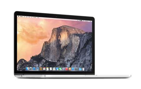 Varna, Bulgarije - 3 november 2013: Vooraanzicht van een geroteerd met een lichte hoek Apple MacBook Pro Retina 15 met OS X Yosemite op het display. Geïsoleerd op een witte achtergrond. Hoge kwaliteit. Redactioneel