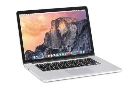 Varna, Bulgarije - 3 november 2013: Apple 15 inch MacBook Pro Retina met OS X Yosemite op de gekantelde rug monitor. Geïsoleerd op een witte achtergrond. Hoge kwaliteit.