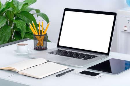 Laptop mockup met tablet pc, smartphone en laptop op de moderne kantoor bureau. Bestaat uit laptop, tablet-computer, smartphone, notebook, kopje koffie. Voor het ontwerp presentatie of portfolio. Stockfoto