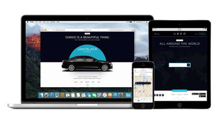 Varna, Bulgarije - 2 februari 2015: Uber app op de Apple iPhone 5s display en desktopversie van Uber op de MacBook Pro en Air iPad 2 schermen. Meerdere apparaten kit. Geïsoleerd op een witte achtergrond.