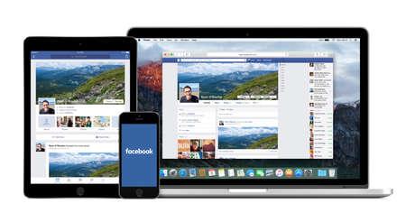 Facebook website op de Apple Macbook Pro scherm en Facebook apps op de iPad Air 2 en iPhone 5s-schermen. Geïsoleerd op een witte achtergrond. Hoge kwaliteit. Varna, Bulgarije - 2 februari 2015. Redactioneel