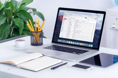 correo electronico: Varna, Bulgaria - 29 may, 2015: Google Gmail interfaz de buz�n de correo electr�nico en la pantalla del MacBook Pro de Apple que se encuentra en el escritorio de oficina. Gmail es un servicio de correo electr�nico gratuito proporcionado por Google. Todos los aparatos en el enfoque. Editorial