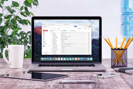 Varna, Bulgarije - 31 mei 2015: Office werkplek met open Apple Macbook Pro Retina met Google Gmail webpagina op het scherm. Gmail is een zeer populaire gratis Internet e-mail service van Google. Redactioneel