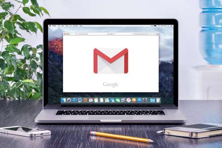 바르나, 불가리아 - 2015년 5월 31일 : 사무실 책상 직장에있는 애플 맥북 프로 디스플레이에 구글의 Gmail 로고. Gmail은 구글에 의해 제공된 무료 이메일 서