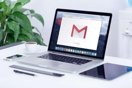 manzanas: Varna, Bulgaria - 29 may, 2015: logotipo de Google Gmail en la pantalla Apple MacBook Pro que está en el escritorio de oficina en lugar moderno trabajo de oficina. Gmail es un servicio de correo electrónico gratuito proporcionado por Google. Editorial