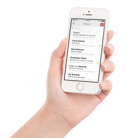 držení: Varna, Bulharsko - 02.02.2015: Žena ruce drží bílý Apple iPhone 5s s Google Gmail aplikaci e-mailové schránky na displeji. Gmail je bezplatná internetové e-mailové služby poskytované společností Google. Na bílém.