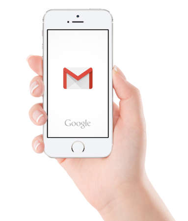 manos: Varna, Bulgaria - 02 de febrero de, 2015: logotipo de la aplicación Google Gmail en el blanco pantalla del iPhone 5s de Apple en la mano femenina. Gmail es un servicio de correo electrónico gratuito proporcionado por Google. Aislado en el fondo blanco. Editorial
