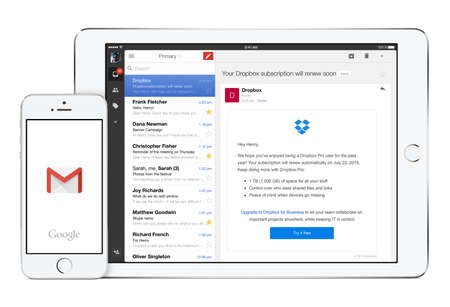 correo electronico: Varna, Bulgaria - 02 de febrero de, 2015: Google Gmail aplicaci�n en el blanco del iPad de Apple en orientaci�n horizontal y el logotipo de aplicaci�n de Gmail en el iPhone en orientaci�n vertical. Aislado en el fondo blanco.