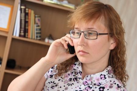 mujer pensativa: Mujer pensativa con el tel�fono.